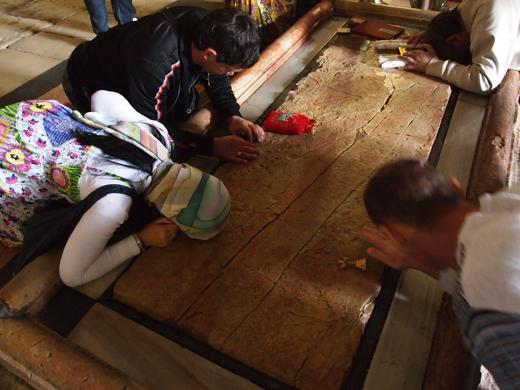 камень Помазания. На нём лежало тело Христа перед погребением.